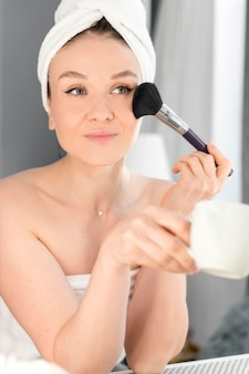 Женщина макияж с кистью