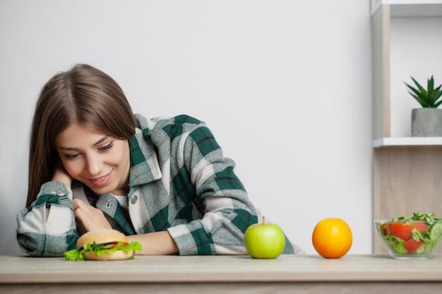 女性は健康的な食べ物と有害な食べ物を選択します