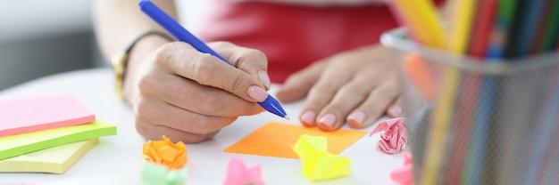 Женщина делает бизнес-заметки в концепции образования и обучения цветных наклеек