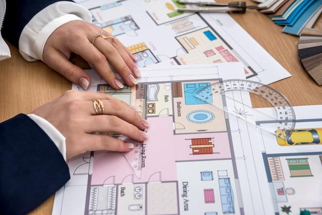 女性は家のプロジェクトの測定を行います