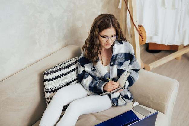 여자는 노트북에 메모를