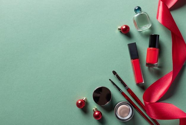 クリスマスの装飾が施された女性の化粧品