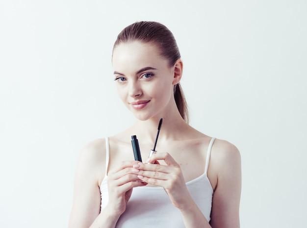 피부에 바르는 여성 메이크업 파우더는 아름다운 여성의 자연 초상화입니다.