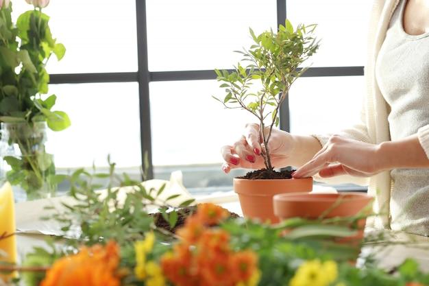 Женщина делает красивый цветочный букет