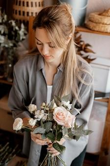 美しい花の花束を作る女性