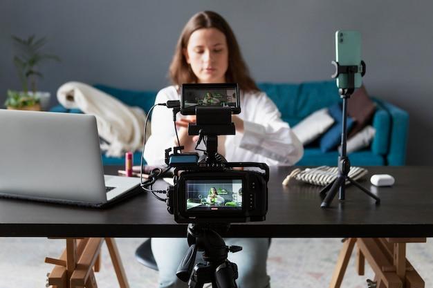 彼女のプロのカメラで美容vlogを作る女性