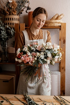 花の花束を作る女性