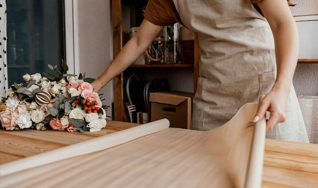 Женщина делает цветочный букет