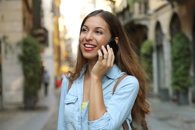 Женщина звонит по телефону в милане в италии