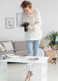 그녀의 그림의 동영상 블로그를 만드는 여자