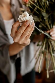 Donna che fa una bella composizione floreale