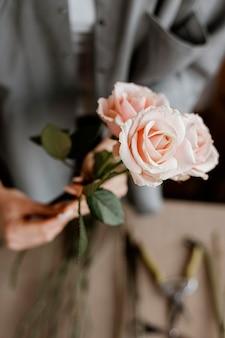Donna che fa un bellissimo bouquet floreale