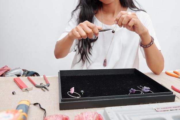 Женщина, делающая красивые украшения