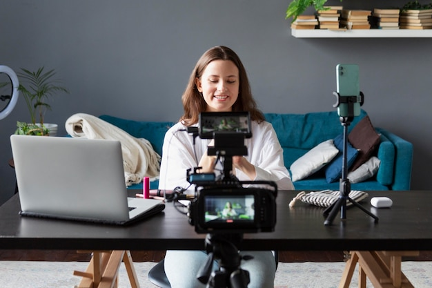 Donna che fa un vlog di bellezza con la sua macchina fotografica professionale
