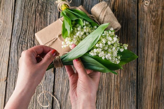 春の花の花束を作る女性