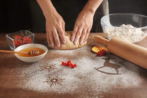 キッチンでクリスマスクッキーを作る女性