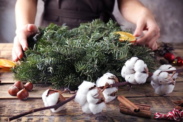 クリスマスリースを作る女性