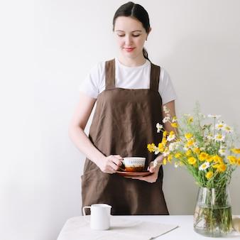 キッチンでコーヒーと朝食を作る女性。