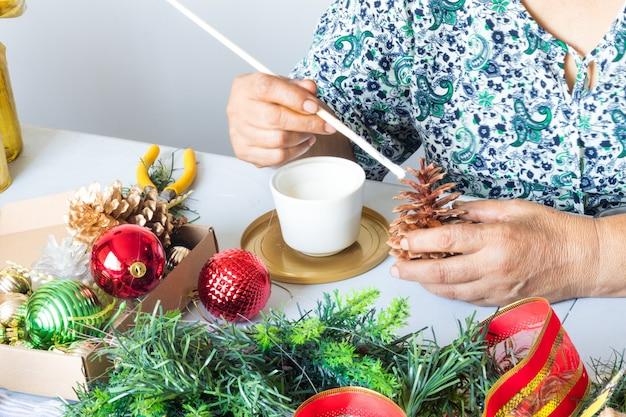クリスマスのための工芸品を作る女性