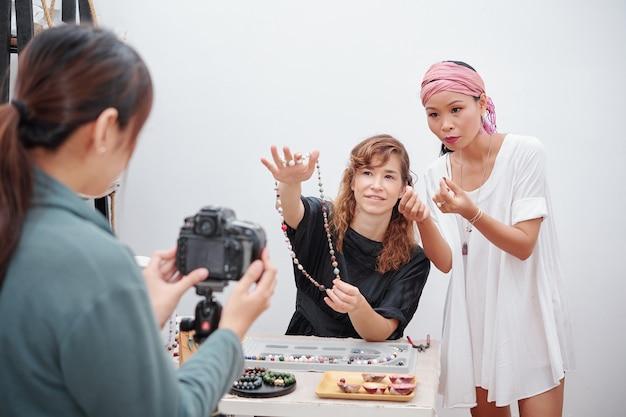 Diyビデオを作る女性