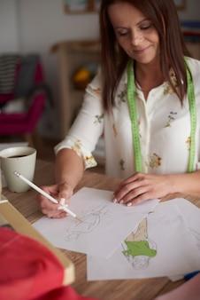 彼女のプロジェクトの図面を作る女性