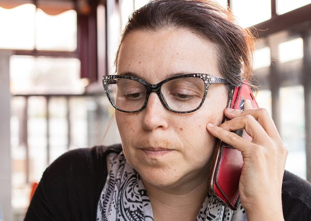 電話で話している表現をする女性