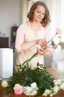 Donna che fa la disposizione floreale