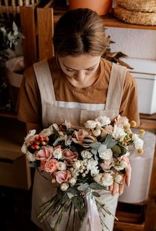 Donna che fa un bouquet floreale