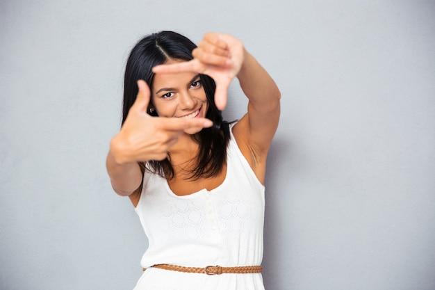Женщина, делающая жест кадра