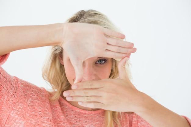 Женщина делает кадр с руками