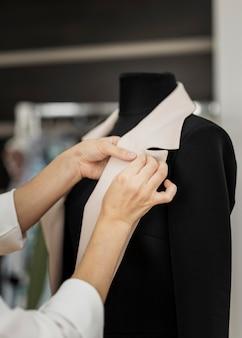 Donna che fa giacca da vicino
