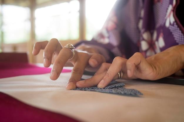 일본 종이로 종이접기를 하는 여성
