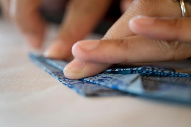 Женщина делает оригами из японской бумаги