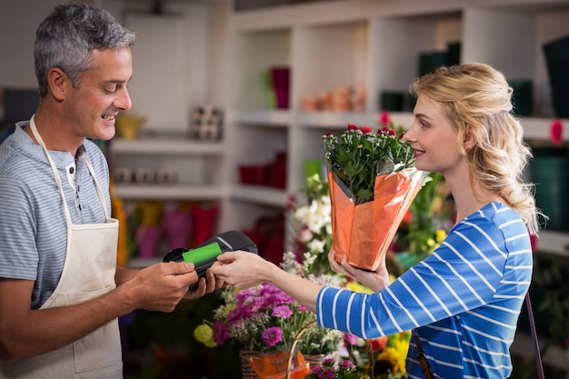 꽃집에 그녀의 신용 카드로 결제하는 여자