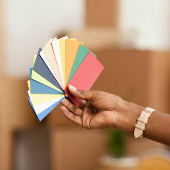Donna che fa piani per ristrutturare casa utilizzando la tavolozza dei colori