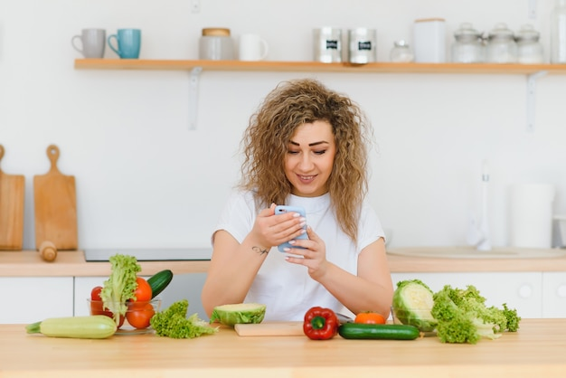 キッチンでサラダを作る女性。