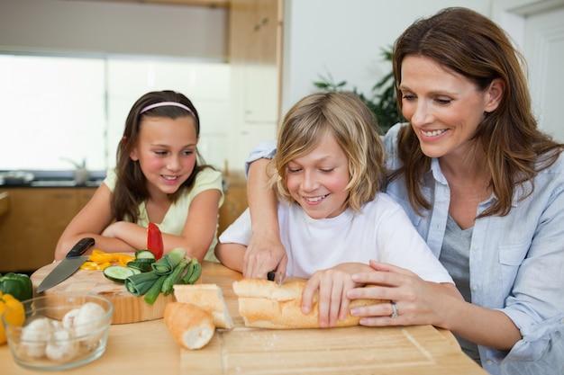 그녀의 아이들과 함께 샌드위치를 만드는 여자