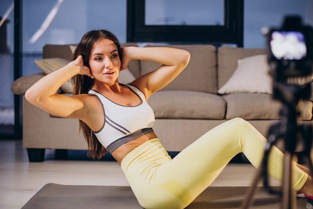집에서 운동 비디오를 만드는 여자