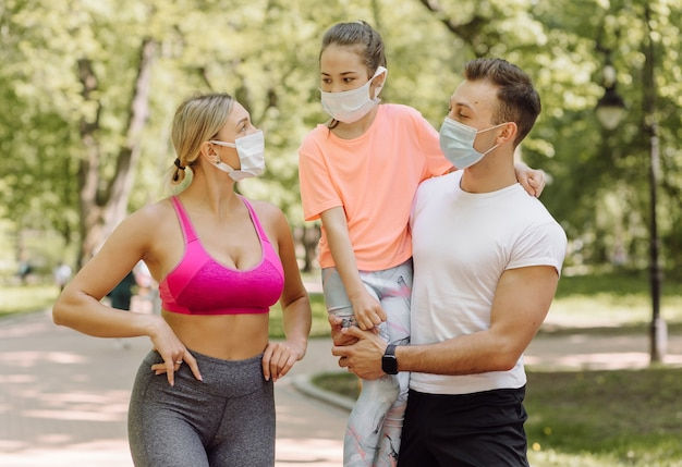 여자, 남자와 공원에서 산책 하는 어린 소녀