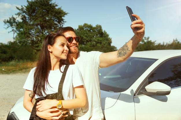 Donna e uomo che fanno selfie nella foresta e sembra felice. concetto di relazione.