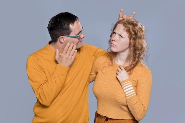 Donna e uomo che fanno facce buffe