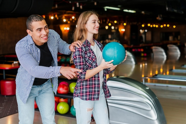 Donna e uomo che giocano a bowling