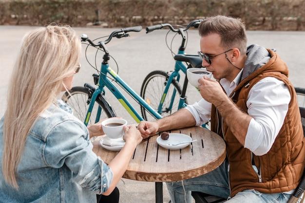 Donna e uomo che parlano accanto alle biciclette