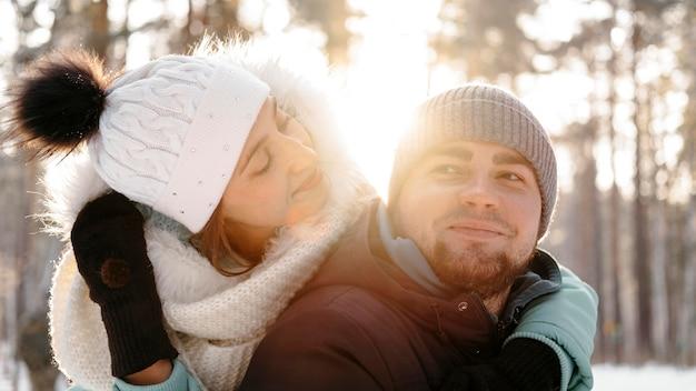Donna e uomo insieme all'aperto in inverno