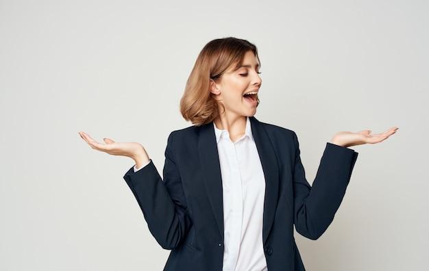 그녀의 손으로 가벼운 벽 제스처에 여자 관리자 복사 공간 감정.