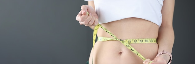 女性はセンチメートルの食事療法と栄養の概念で彼女の腰を測定します