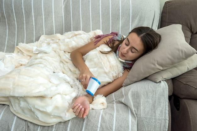 女性はインフルエンザを診断するために温度赤外線温度計を測定します