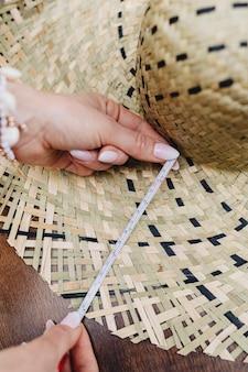 編まれた帽子を測定する女性