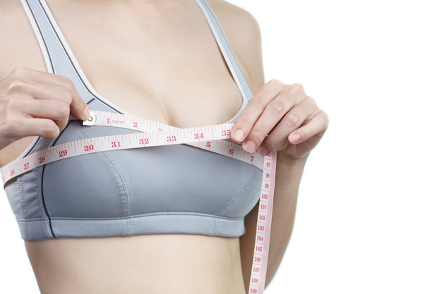 유방 임플란트 수술을 위해 가슴을 측정하는 여성.
