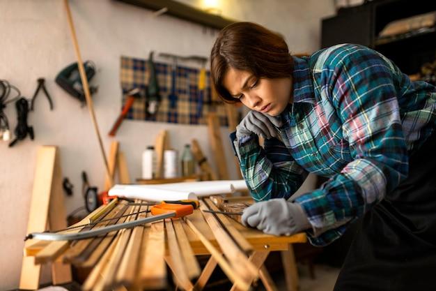 木の板を測定する女性